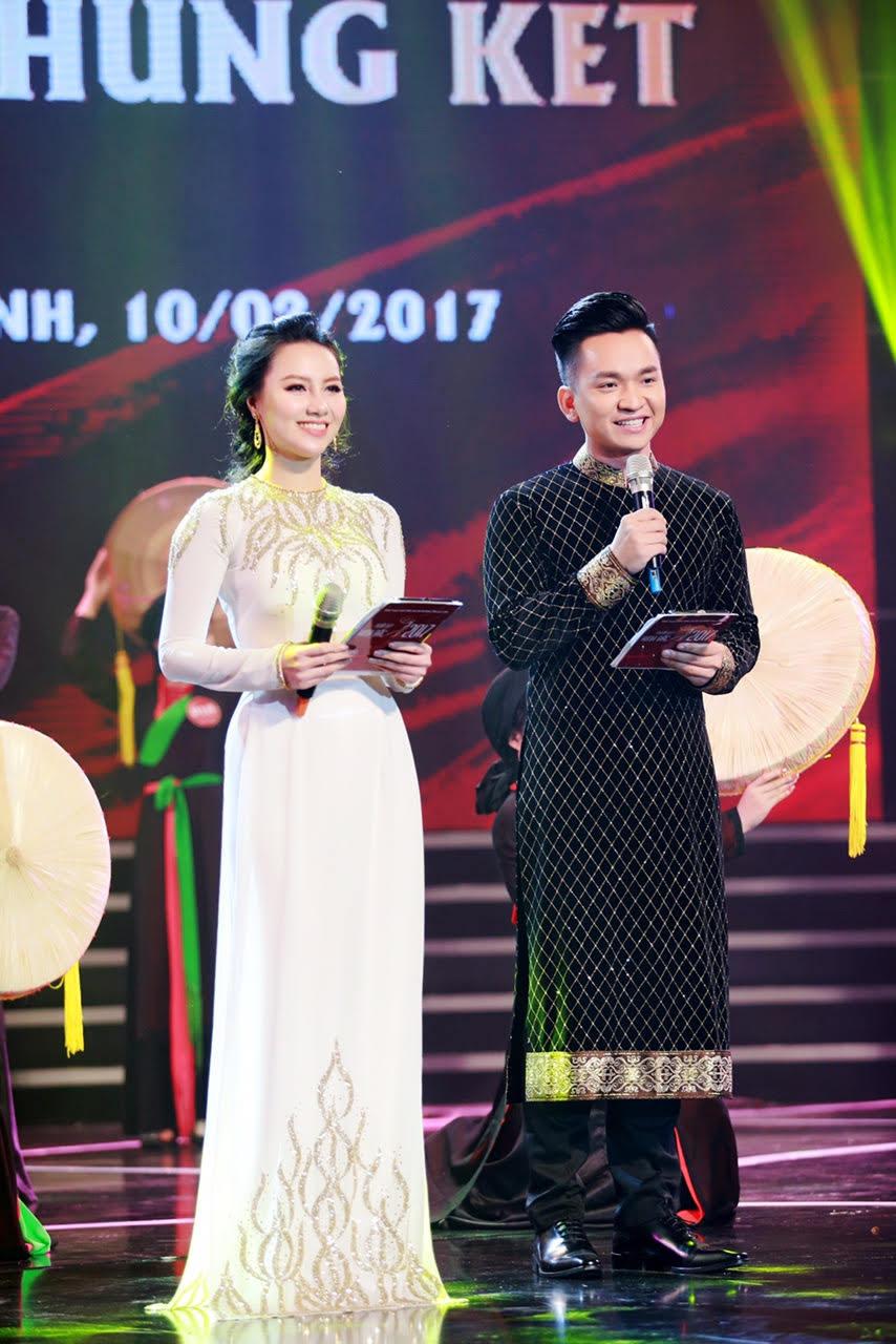 MC Hạnh Phúc mặc áo dài kết đôi cùng MC Minh Hà
