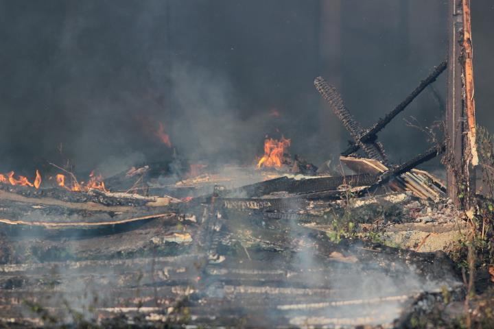 Cháy nghi ngút sát Hồ Tây