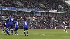 Chelsea tuột chiến thắng bởi tuyệt phẩm sút phạt