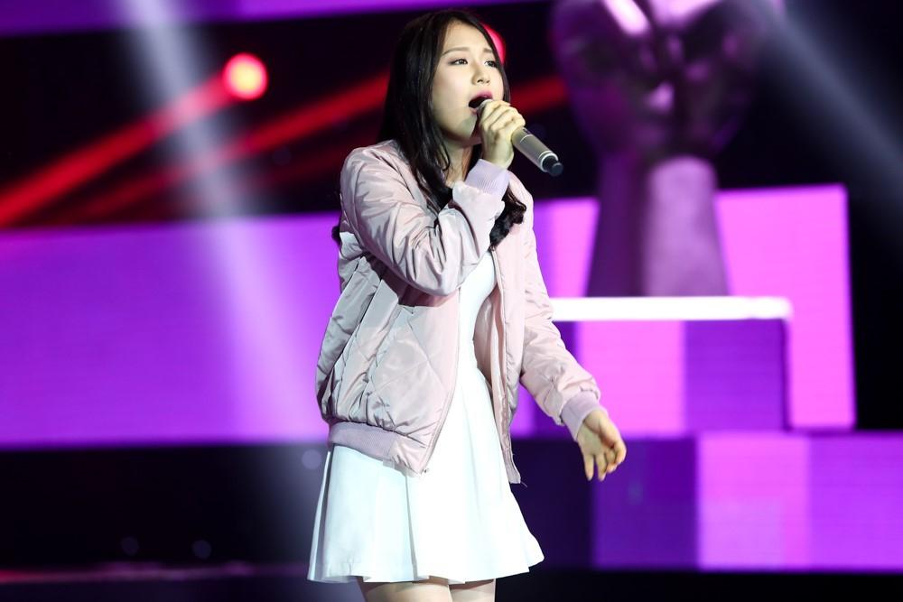 Khán giả nổi giận khi HLV Giọng hát Việt ăn mặc như... hề