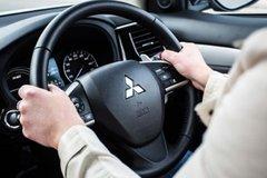 Những tư thế lái xe an toàn bị tài xế 'bỏ quên'