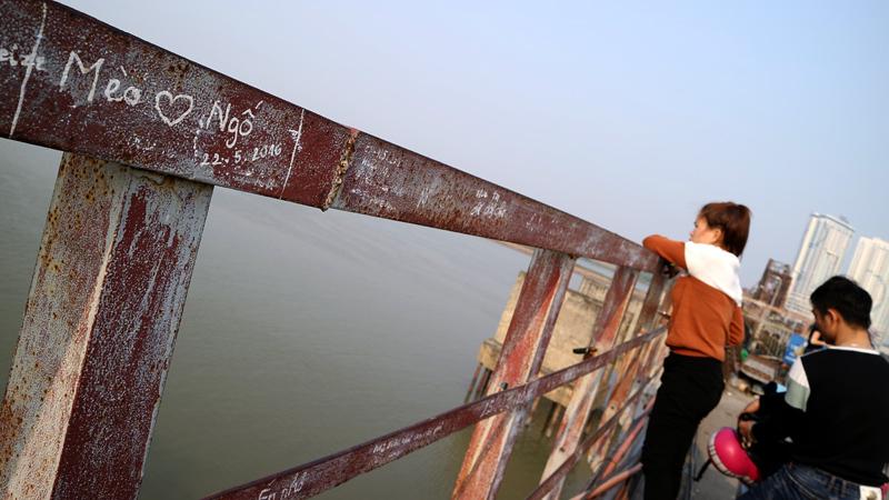 Khóa tình yêu, cầu Long Biên, cầu đi bộ, Hà Thành, Hà Nội, Thủ đô, ngôn ngữ, tình yêu