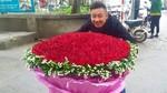 Chàng trai thuê xe chở bó hoa 1000 bông hồng tặng người yêu ngày Valentine
