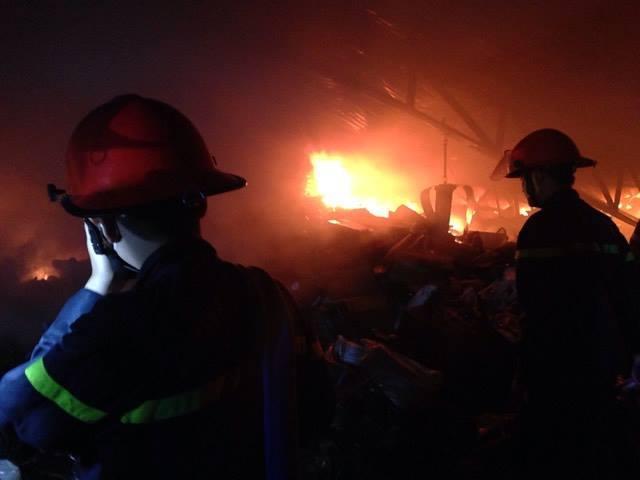 Hà Nội: Cháy dữ dội kho hàng ở Minh Khai
