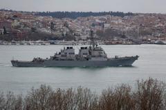 Chiến cơ Nga bị tố áp sát khu trục hạm Mỹ