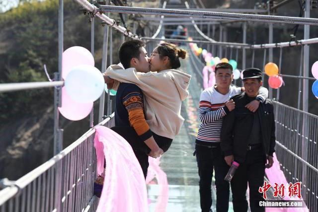 Hàng chục cặp đôi thi hôn trên cầu đáy kính