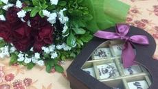 Valentine: Người khoe hoa quà sang chảnh, người chiếc bóng 1 mình bên củ khoai lang