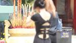 Dâng lễ đầu năm, bạn gái mặc hở như đi diễn thời trang