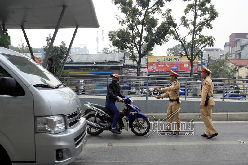 Ngơ ngác khi bị CSGT phạt đi vào đường buýt nhanh