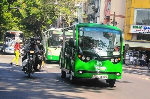 Hành khách chưa mặn mà đi xe buýt điện ở trung tâm Sài Gòn