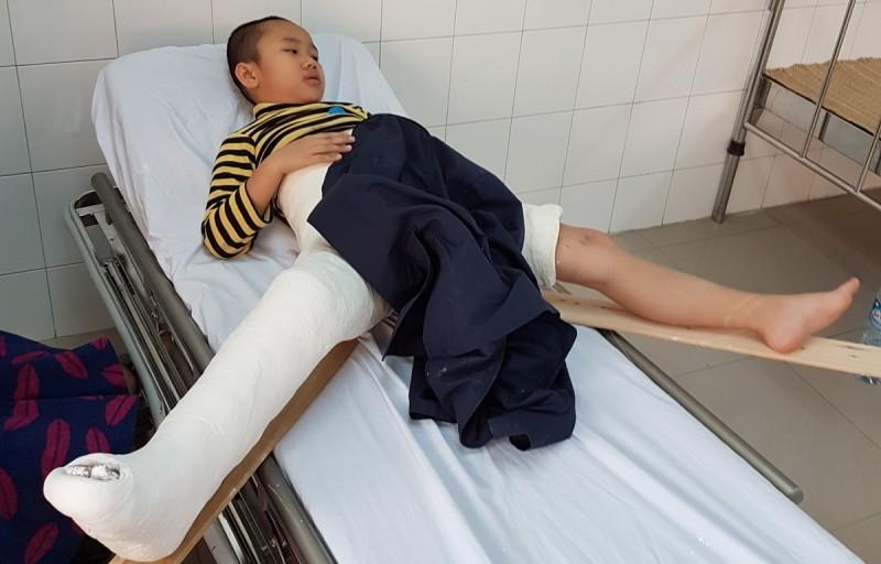 trường tiểu học nam trung yên, học sinh bị đâm gãy chân