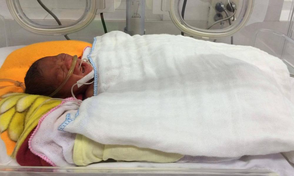 Khó tin: Bé gái chào đời nằm nguyên trong bọc ối