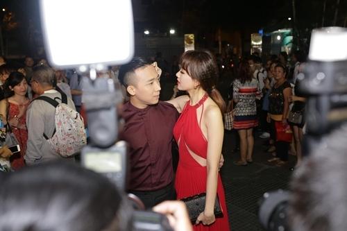 Trấn Thành - Hari Won dính như sam ra mắt phim '49 ngày 2'