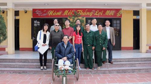 Trao áo ấm cho các thương binh nặng tại Hà Nam - ảnh 2