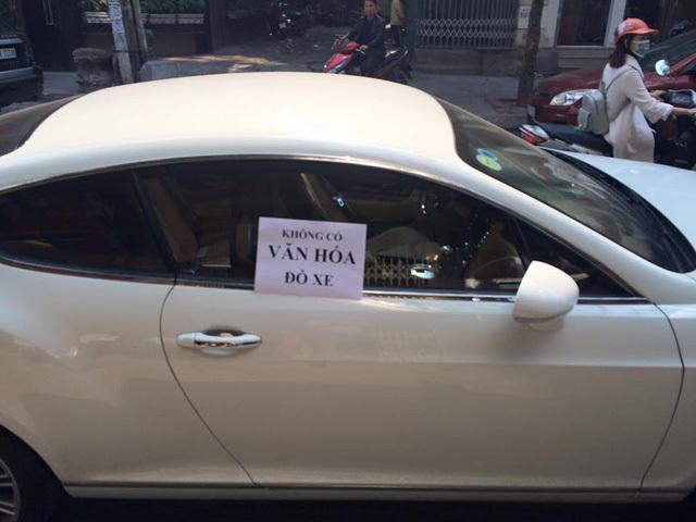 Bentley tiền tỷ bị dán giấy 'không có văn hóa đỗ xe'