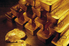 Thấy khách dáng lạ, hải quan soi ra 12 thỏi vàng trong ruột