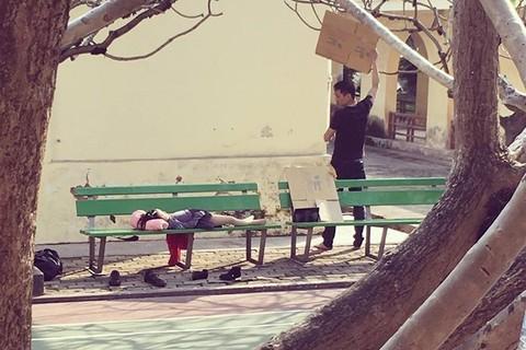 Cảm động clip người cha loay hoay che nắng cho con gái ngủ trên ghế