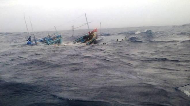 Tàu chìm do sóng lớn, 8 người thoát chết trong gang tấc