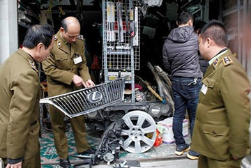 'Đột kích' kho chứa phụ tùng ô tô ở chợ Trời