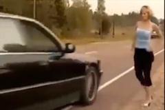Clip: Cách đi nhờ xe bá đạo khiến anh em té ngửa