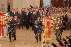 Kim Jong-un xuất hiện với vẻ mặt buồn rầu