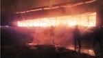 Cháy lớn ở xưởng gỗ ngoại ô Sài Gòn