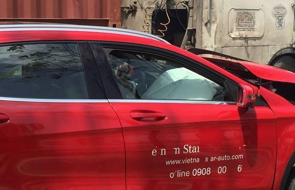 Ôtô sang nát đầu trên đại lộ nghìn tỷ ở Sài Gòn