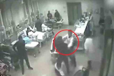 Vừa cứu sống bệnh nhân, bác sĩ bị người nhà đánh tới tấp
