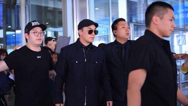 Fan Việt xếp hàng dài chào đón Seung Ri (Big Bang)