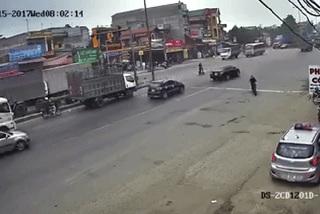 """""""Pha đánh lái vô tâm"""" của xe máy khiến 2 ô tô gặp nạn trên đường"""