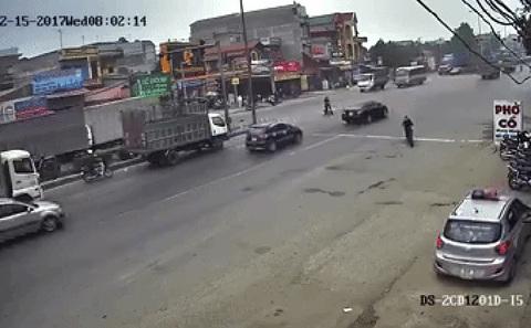 Sang đường bất cẩn, xe máy khiến 2 ô tô gặp nạn.