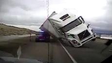 Gió thổi bay xe tải trên cao tốc đè nát ô tô cảnh sát