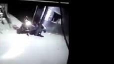 Cú đâm xe máy có 1 không 2: Tài xế chết ngất xe không đổ