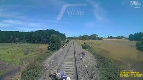 Bỏ xe lao khỏi đường ray tàu thoát chết gang tấc