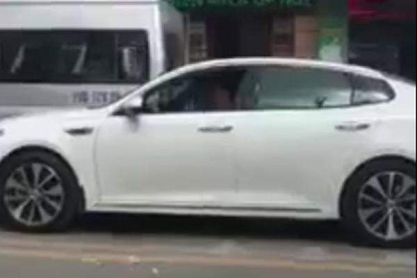 Người đàn ông ngồi xe sang và hành động xấu xí giữa đường