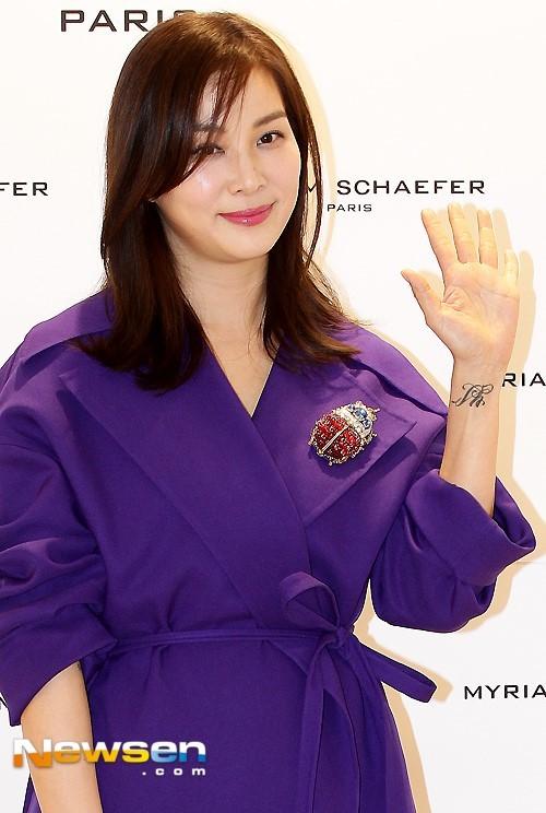 Vợ tài tử Jang Dong Gun trẻ đẹp ở tuổi 45
