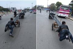 Hành động của 2 chàng trai gây ra nhiều mối nguy hại trên phố Hà Nội