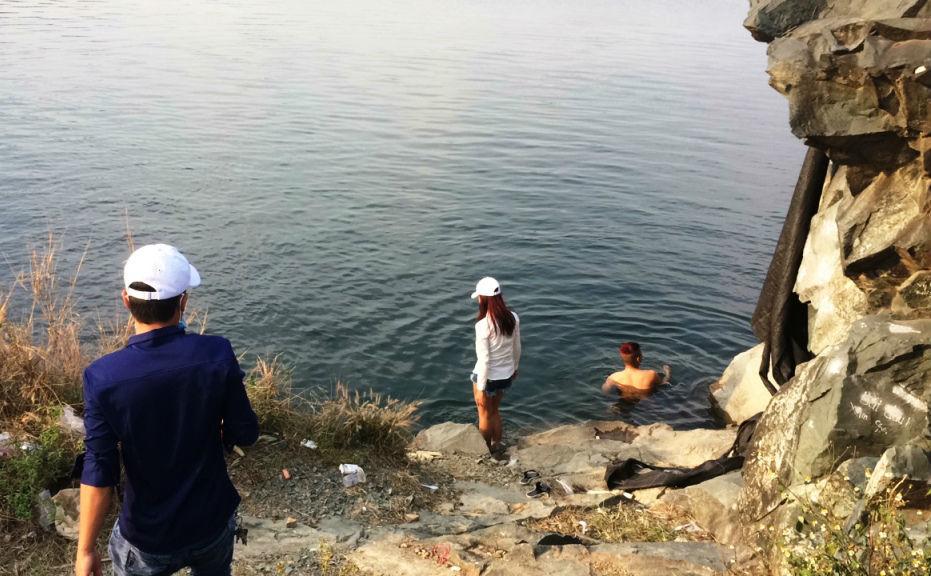 Sinh viên leo rào sắt 2m, chụp 'tự sướng' bên hồ tử thần