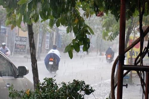 Sài Gòn mưa lớn bất thường giữa mùa khô