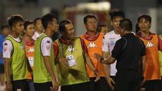 Video cầu thủ Long An đứng bất động trên sân để TP.HCM ghi bàn