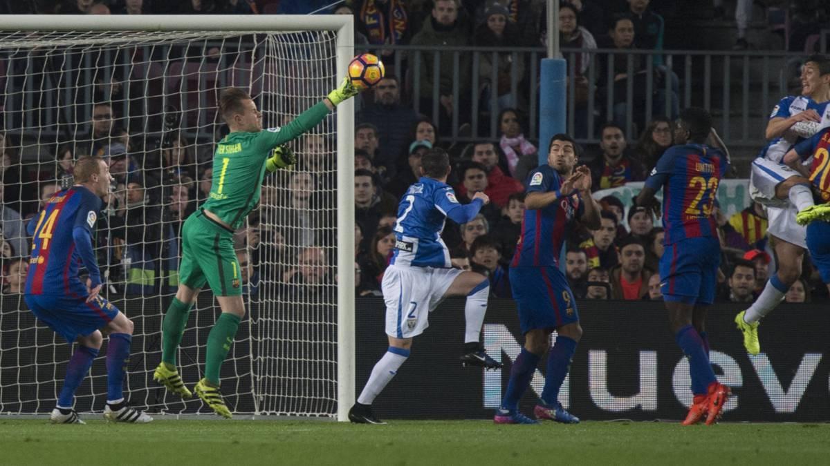 Messi rực sáng, Barca được cứu rỗi tại Nou Camp