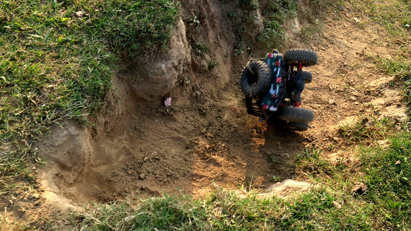 Xem xe tải địa hình thoát hiểm chênh vênh chực rơi vực