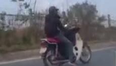 """Hà Nội: """"Quái xế"""" lái xe máy bằng... dây trên đường"""