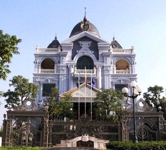 Ngắm cổng biệt thự bề thế, cầu kỳ của nhà đại gia Việt