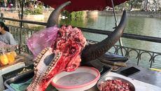 Đầu trâu nguyên răng, xương sườn nguyên bộ giữa chợ Hà Nội