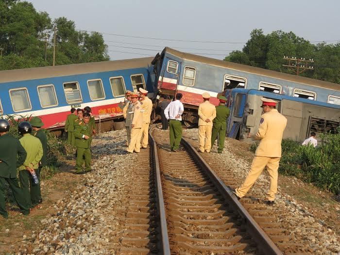 Tàu hỏa đâm ô tô 3 người chết: Lái xe tải cố tình vượt?