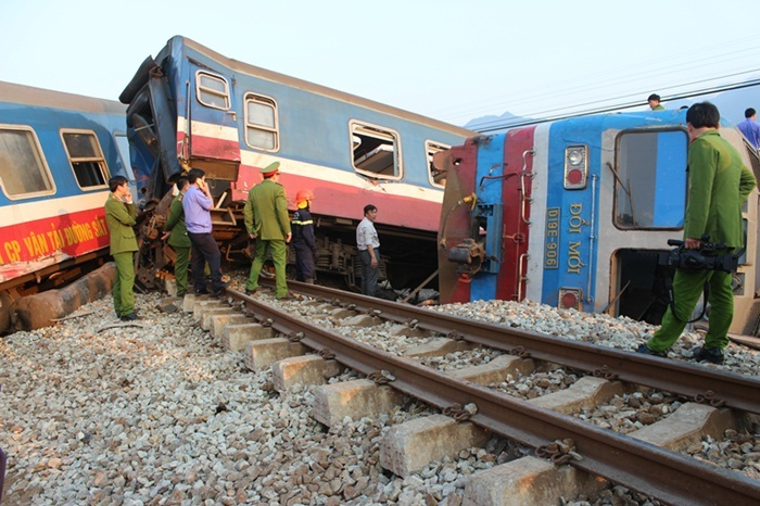 Hiện trường vụ tàu hỏa tông xe tải kinh hoàng ở Huế