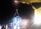 Cần cẩu đặc chủng 100 tấn kéo tàu bị nạn xuyên đêm