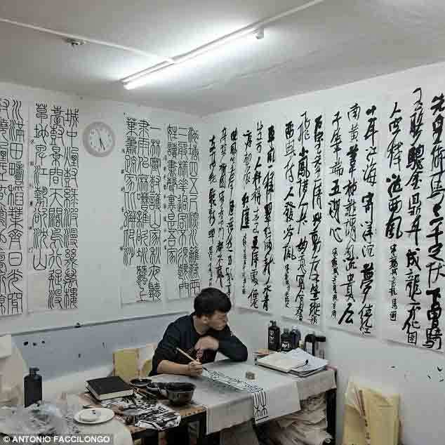 Cuộc sống sôi động dưới hầm tránh bom giữa Bắc Kinh