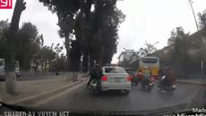 """Sự vội vàng của xe máy khiến tài xế taxi """"mang họa vào thân"""""""